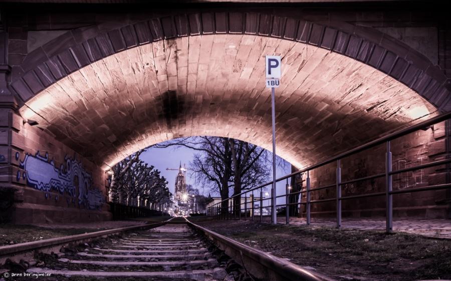 Der Blick unter einer Brücke