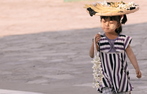 Thanaka ist eine gelblich-weiße Paste aus einer fein geriebenen Baumrinde. In Myanmar wird sie von Kindern und Frauen in das Gesicht gestrichen (= birmanisches Make-up).