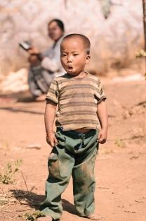 Kinderkleidung voller Erde.