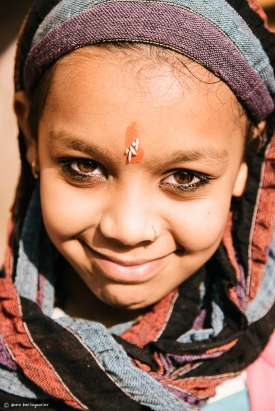 Tilak oder Tilaka = ein Zeichen, das Menschen aus religiösen Zwecken auf der Stirn tragen. Es besteht oft aus Asche, Lehm, Sandholzpaste oder Kurkuma. (Erde :-) )