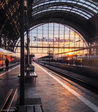 Am Frankfurter Hauptbahnhof ...zu Hause oder auf dem Weg...